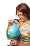La ragazza attentamente esamina il globo Fotografia Stock Libera da Diritti