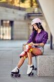 La ragazza attiva di stile di vita sta andando guidare sui pattini di rullo immagini stock