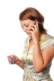 La ragazza attiva una carta di credito dal telefono Immagini Stock Libere da Diritti