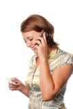 La ragazza attiva una carta di credito dal telefono Fotografie Stock Libere da Diritti
