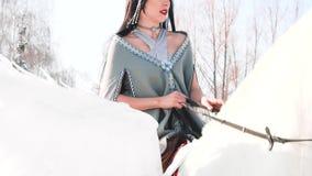La ragazza attraente con capelli lunghi neri e un mantello grigio è andato cercare su un Pegaso bianco con le ali meravigliose, i video d archivio