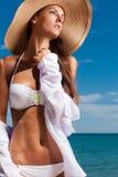 La ragazza attraente gode del giorno di estate caldo alla spiaggia Fotografie Stock
