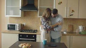 La ragazza attraente mostra il risultato del test di gravidanza al suoi ragazzo e surpise lui alla cucina stock footage