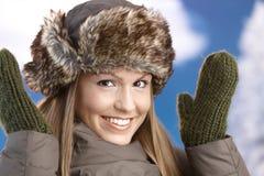 La ragazza attraente si è vestita in su per sorridere di divertimento di inverno Immagini Stock