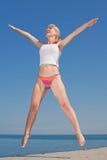 La ragazza attraente sta saltando sorridere Immagini Stock Libere da Diritti