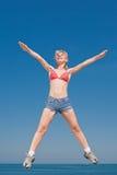 La ragazza attraente sta saltando sorridere Fotografie Stock