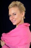 La ragazza attraente in un rivestimento dentellare Fotografie Stock