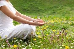 La ragazza attraente in una delle posizioni di yoga si chiude su immagini stock libere da diritti