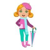 La ragazza in attrezzatura rosa e blu, bambino in pioggia di Autumn Clothes In Fall Season Enjoyingn e tempo piovoso, spruzza e Immagine Stock Libera da Diritti