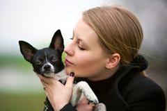 La ragazza bacia il piccolo dentarello Fotografie Stock