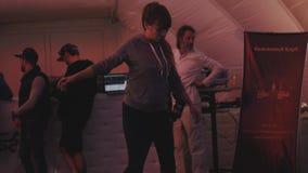 La ragazza balla e occupa mentre equilibra il bordo su un cilindro durante l'evento di festival archivi video