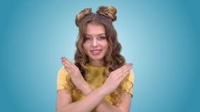 La ragazza bella di buon umore mostra un gesto della proibizione e di sorridere mentre esamina la macchina fotografica stock footage