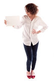 La ragazza bella giovane tiene un segno bianco vuoto affinchè riempia Immagine Stock