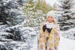 La ragazza beve all'aperto nella foresta dell'inverno Immagine Stock Libera da Diritti