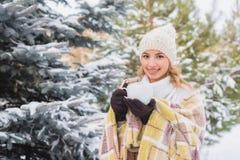 La ragazza beve all'aperto nella foresta dell'inverno Fotografia Stock Libera da Diritti