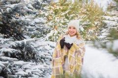 La ragazza beve all'aperto nella foresta dell'inverno Immagini Stock Libere da Diritti