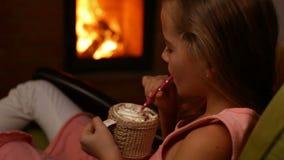 La ragazza beve la cioccolata calda con lo strato crema montato spesso archivi video
