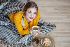 La ragazza beve il caffè con latte Il concetto dello stile di vita, Au Immagine Stock