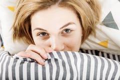 La ragazza beve il caffè a letto Ragazza che di mattina la ragazza sveglia di mattina sonno Mattina che si sveglia Leggendo la st Fotografia Stock Libera da Diritti