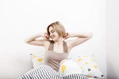 La ragazza beve il caffè a letto Ragazza che di mattina la ragazza sveglia di mattina sonno Mattina che si sveglia Leggendo la st Immagine Stock Libera da Diritti