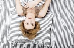 La ragazza beve il caffè a letto Ragazza che di mattina la ragazza sveglia di mattina sonno Mattina che si sveglia Leggendo la st Immagini Stock