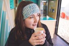 La ragazza beve il caffè fotografie stock libere da diritti