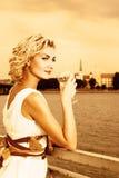 La ragazza beve il champagne Fotografia Stock