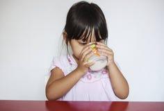 La ragazza beve il latte Fotografia Stock Libera da Diritti