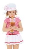 La ragazza beve il succo da una paglia fotografie stock