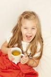 La ragazza beve il tè fotografia stock libera da diritti