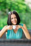 La ragazza beve il tè al caffè Immagine Stock