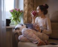 La ragazza beve il tè ed i sogni della molla fotografia stock libera da diritti
