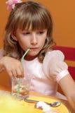 La ragazza beve l'acqua fotografia stock