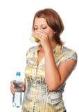 La ragazza beve l'acqua da un vetro Fotografie Stock Libere da Diritti