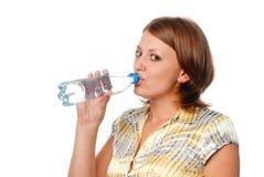 La ragazza beve l'acqua da una bottiglia Immagine Stock Libera da Diritti