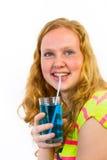 La ragazza beve la bibita blu Fotografia Stock