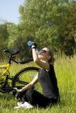 La ragazza bionda beve l'acqua immagine stock libera da diritti