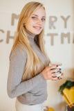 La ragazza bionda che beve il suo caffè, mangia i biscotti ed ha letto un libro Fotografia Stock Libera da Diritti