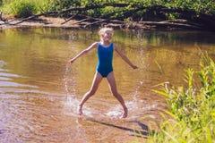 La ragazza bionda del bambino si diverte in fiume Fotografia Stock Libera da Diritti
