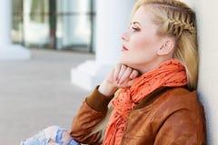 La ragazza bionda piacevole sta indossando i vestiti di autunno Fotografia Stock