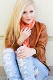 La ragazza bionda piacevole sta indossando i vestiti di autunno Fotografia Stock Libera da Diritti