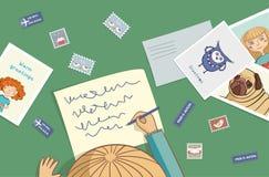 La ragazza bionda scrive una lettera Fotografia Stock