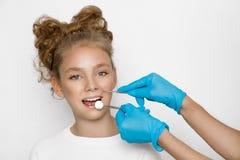 La ragazza bionda sveglia e bella con i denti piacevoli, è al dentista Fotografia Stock