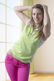 Ragazza teenager alla moda che sta nella posa Fotografia Stock Libera da Diritti