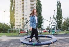 La ragazza in buona salute dell'adolescente sta giocando facendo gli sport sul campo da giuoco fotografie stock