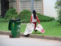 La ragazza cambogiana pulisce la via Immagini Stock Libere da Diritti