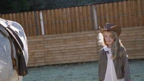 La ragazza cammina al cavallo su un'area 4K video d archivio