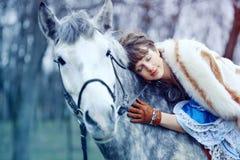 La ragazza cammina con il cavallo Fotografia Stock