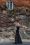 La ragazza cammina di mattina tramite le vie 3 Fotografia Stock Libera da Diritti
