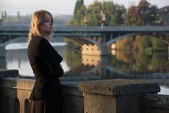 La ragazza cammina di mattina tramite le vie della città Fotografie Stock Libere da Diritti
